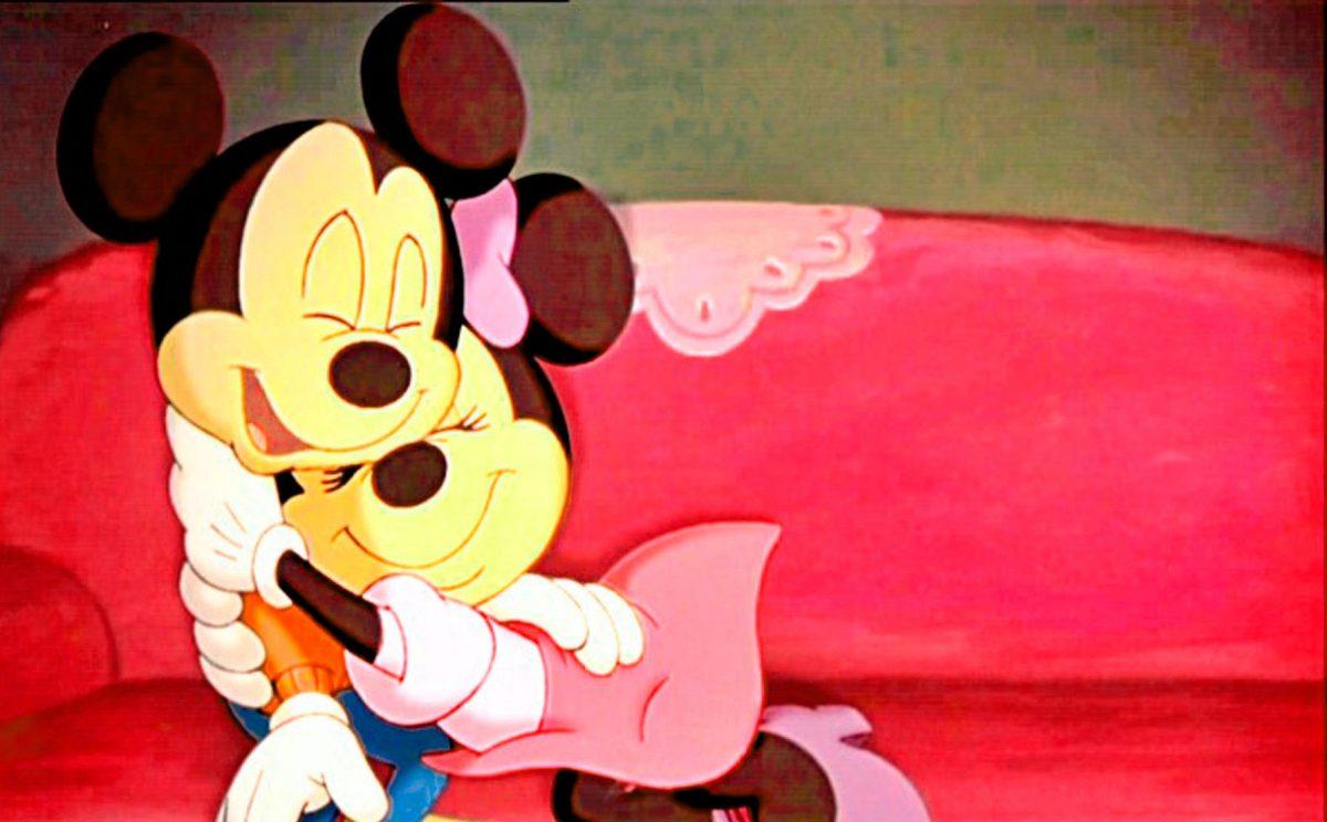 Imágen de amor de Minnie y Mickey abrazados en un sillón