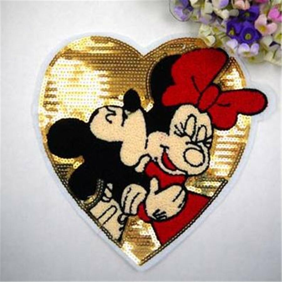 Imágen de amor de Minnie y Mickey sobre un corazón bordado