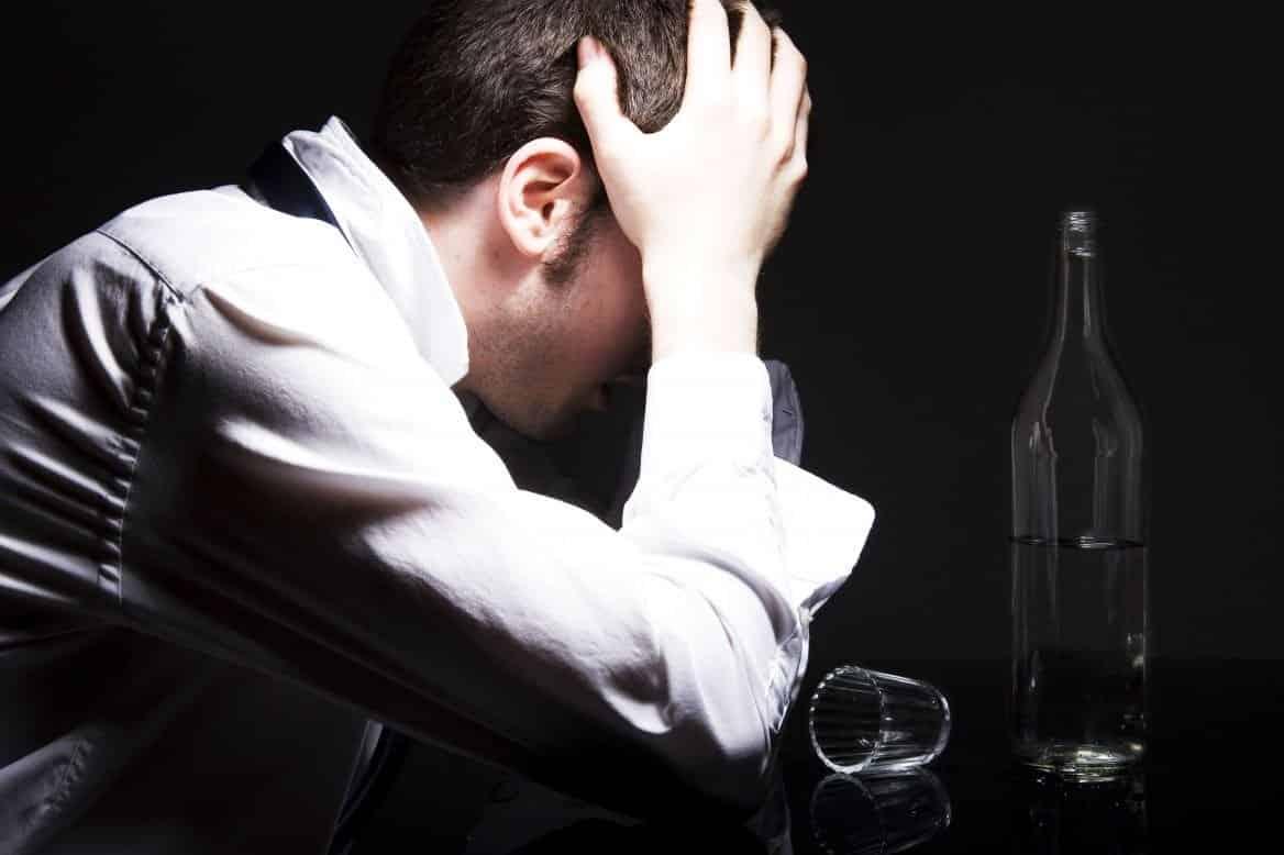 Imágen de amor despechado de un hombre bebiendo alcohol